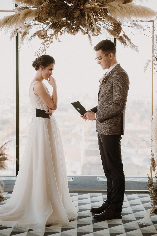 Золотая осень: камерная свадьба в пшеничных тонах