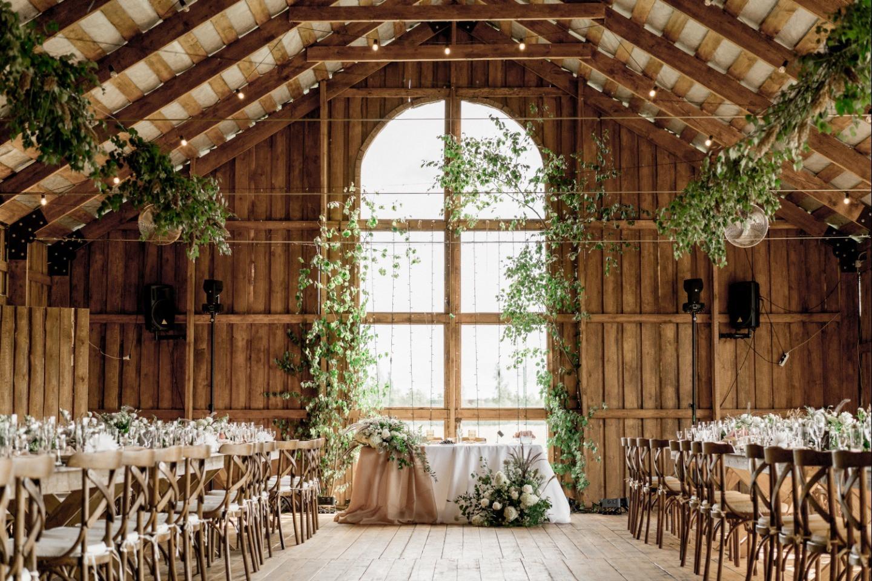 Лёгкость, природа, счастье: уютная свадьба в амбаре