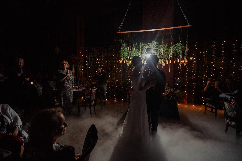 Звёзды, луна и ягоды: свадьба в тёмной осенней палитре