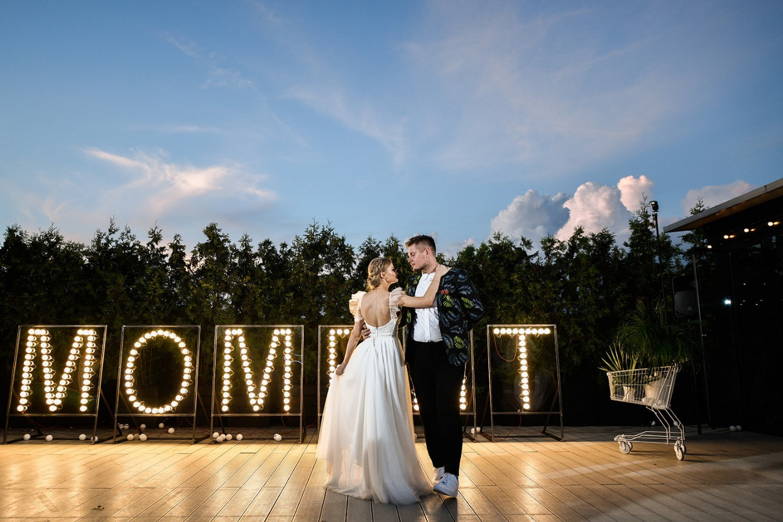 Точка точка тире: молодежная свадьба на крыше
