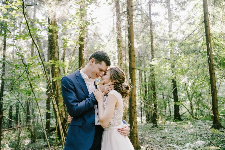 Лето, солнце и любовь: романтичная свадьба за городом