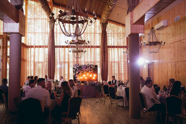 Семейные узы: классическая свадьба в фиолетовой палитре