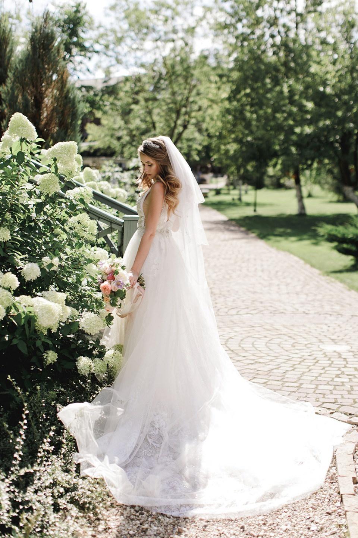 Нежность, романтика и богатство красок на свадьбе в загородном отеле