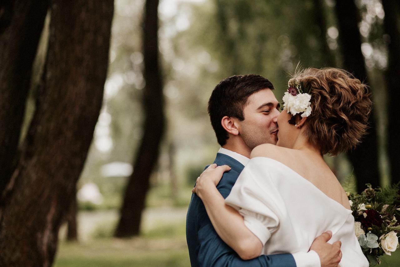 В свете событий: современная свадьба за городом
