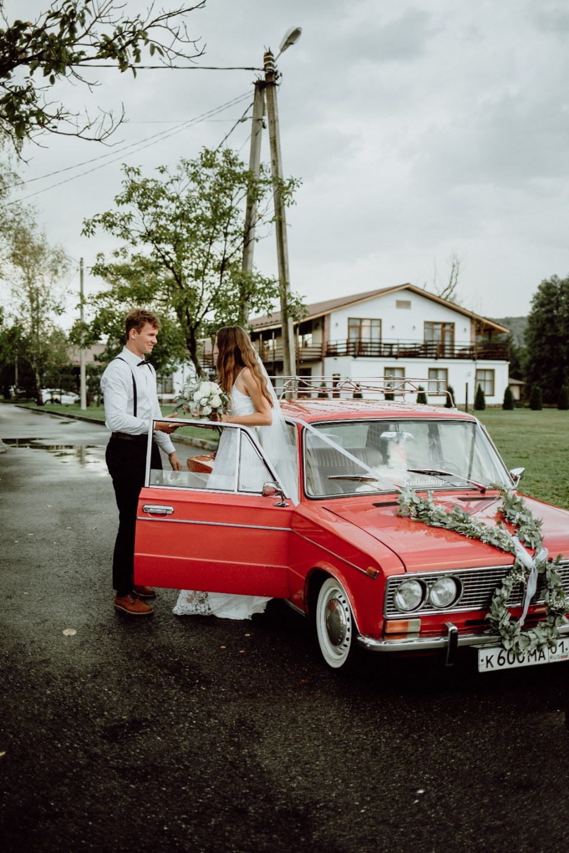 Уют и немного ретро: свадьба под дождем