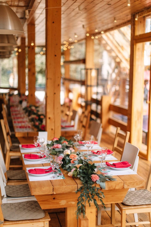Яркие краски лета: веселая свадьба за городом