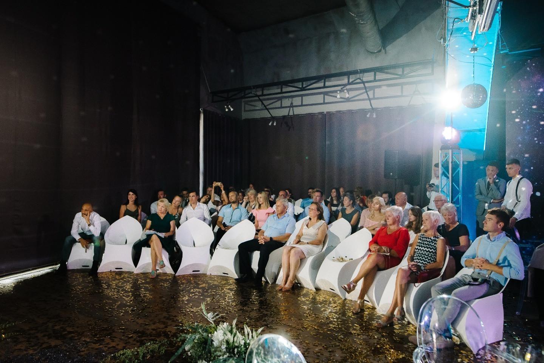 Космическая свадьба в арт-галерее