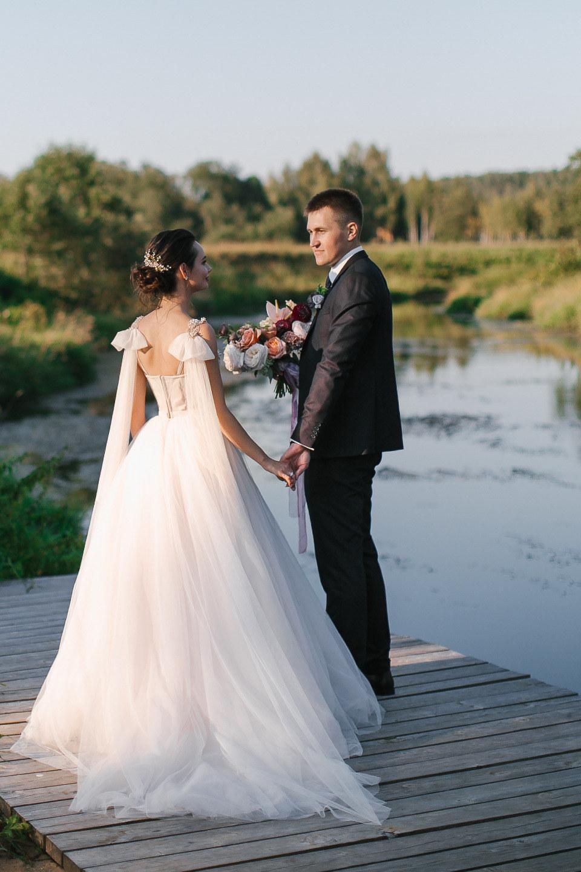 Спелая слива: романтичная свадьба на загородной площадке