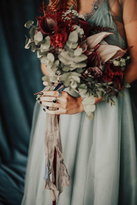 Молодежная урбан-свадьба в темной палитре