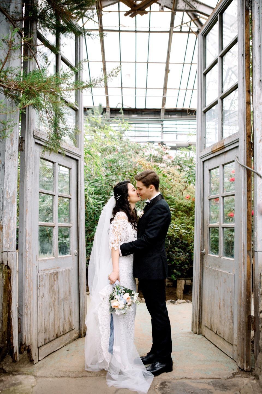 Нежность весны: камерная свадьба в лаконичном стиле
