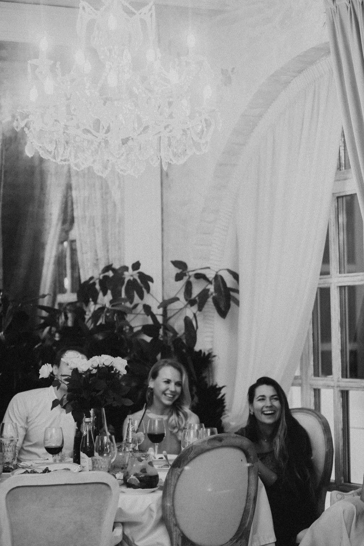 Вдохновение классикой: летняя свадьба в ресторане
