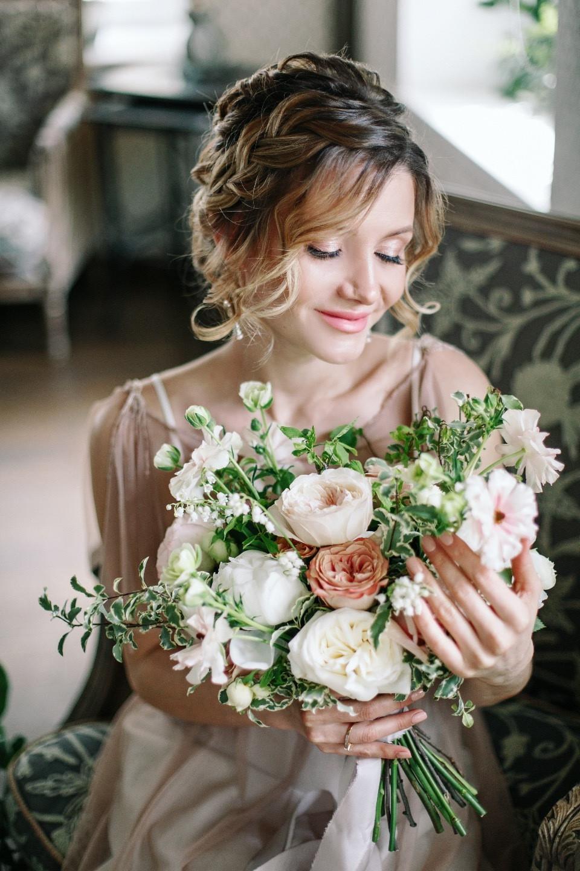 Весенняя нежность цветов: камерная свадьба за городом