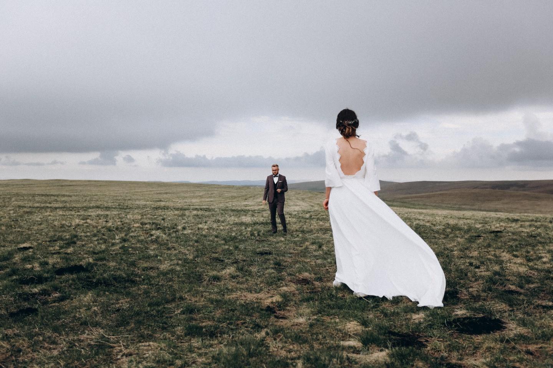 Двое в горах: стилизованная свадьба на Кавказе