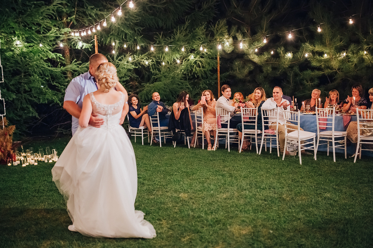 Яркое лето: романтичная свадьба под открытым небом