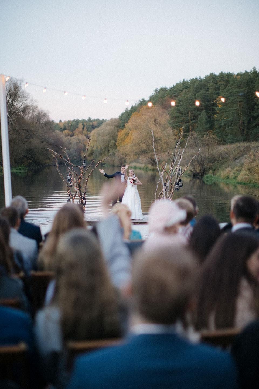 Осенняя свадьба с церемонией на реке