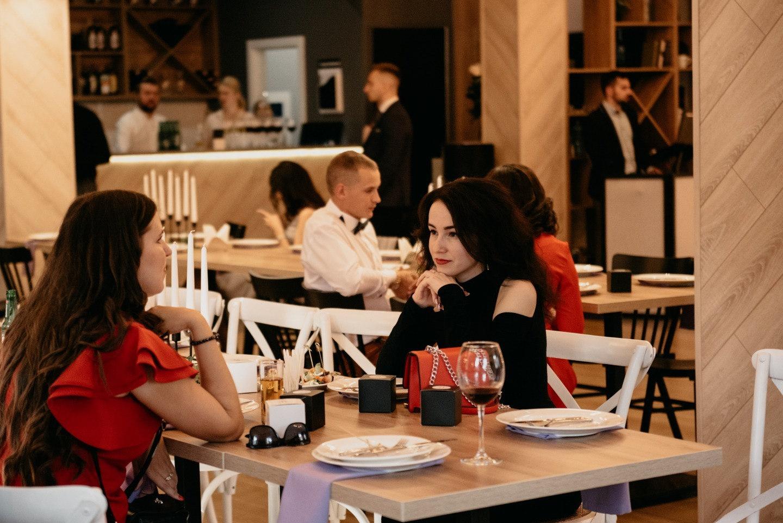 Романтика и драйв: свадьба в кафе