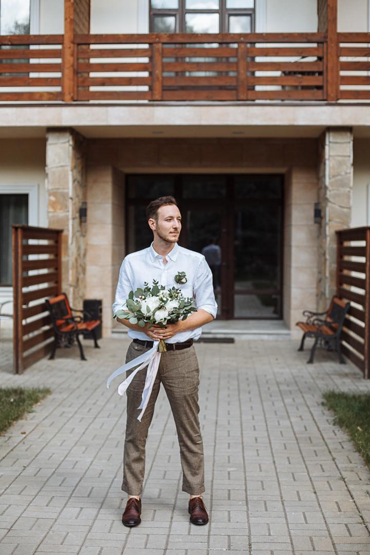 Уют и непринужденность на свадьбе в сосновом лесу