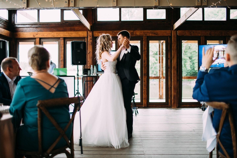 Романтичная свадьба с церемонией у воды