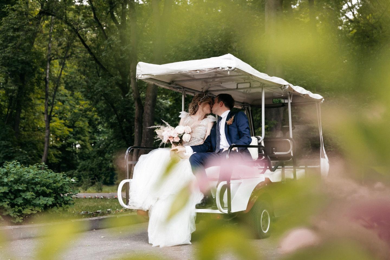 Европейская классика: романтичная свадьба за городом