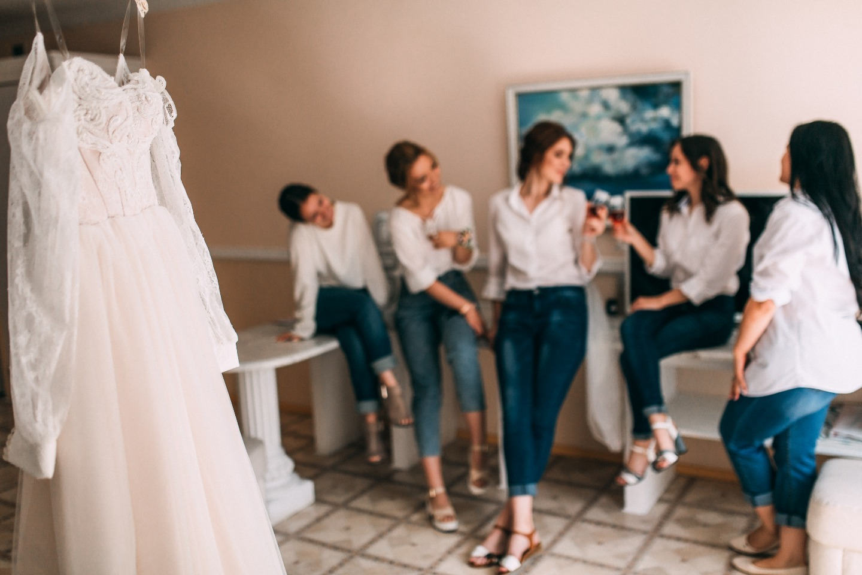 Свадьба в стиле «романтичный рустик» с церемонией в лесу
