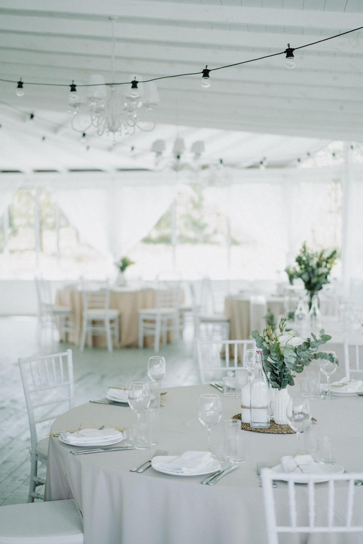 Лаконичность и нежность: белоснежная загородная свадьба