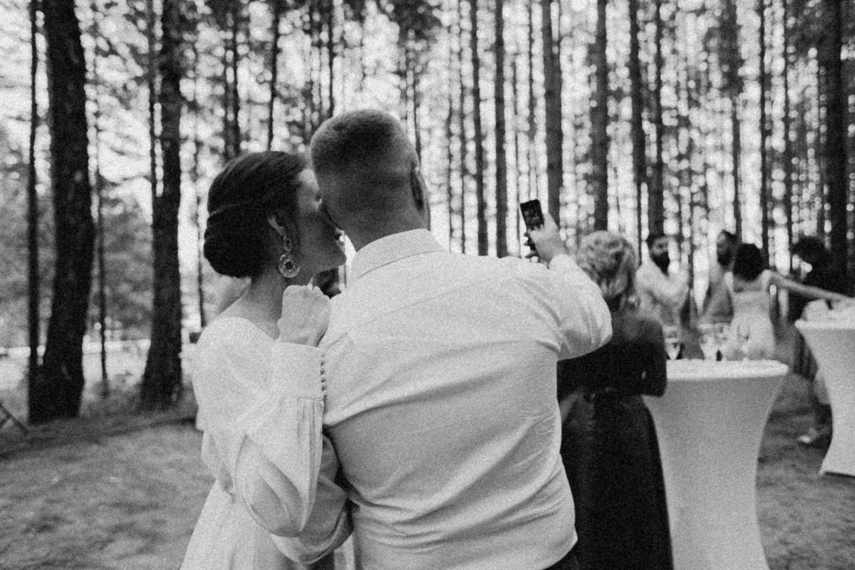 Элегантный минимализм: семейная свадьба за городом