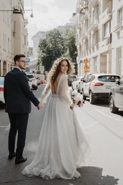 Классика в холодных оттенках: изящная свадьба за городом