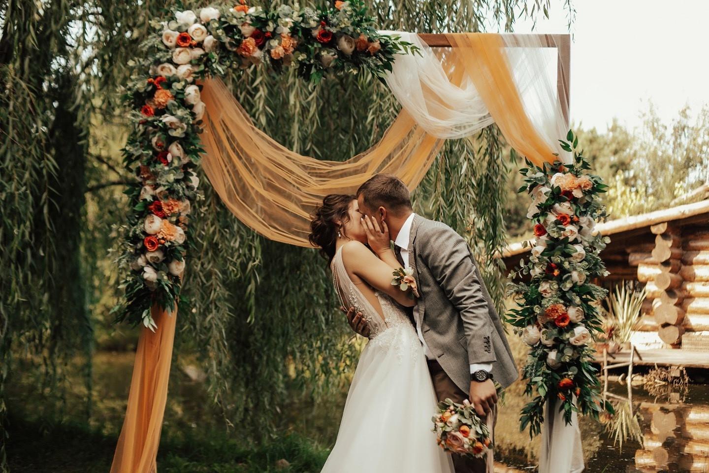 Лесное вдохновение: яркая свадьба с романтичным настроением