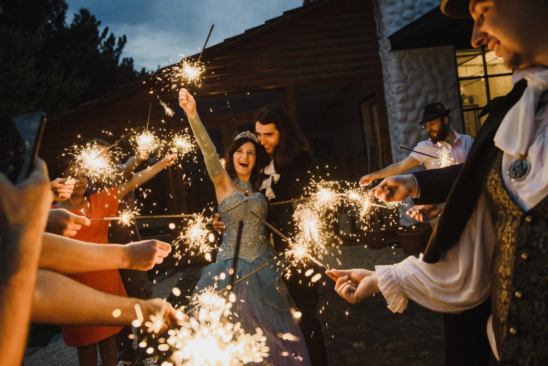Сказочная любовь: тематическая свадьба в темной гамме