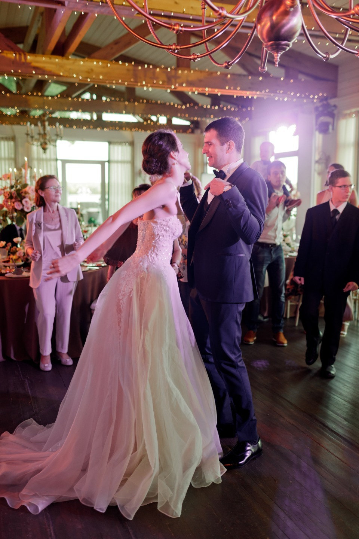 Этюд в нежных тонах: классическая свадьба на озере