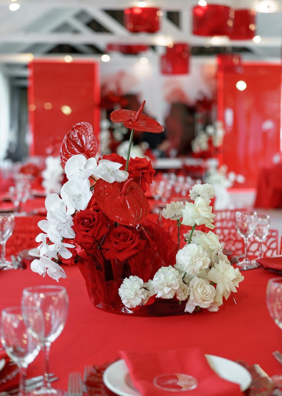 Палитра благородного шика: яркая свадьба в ресторане