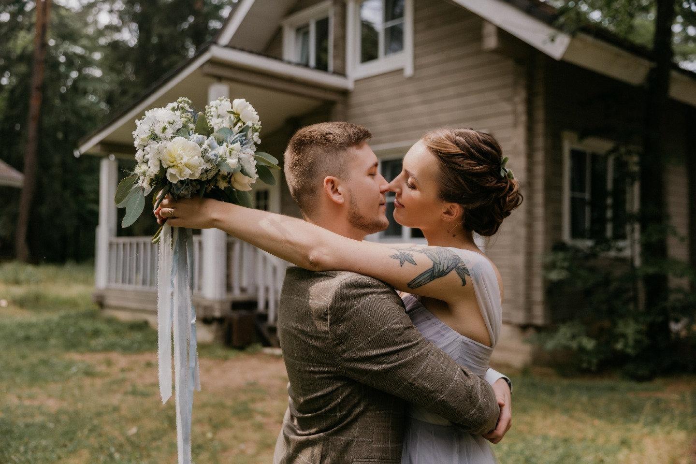 «С любимыми не расставайтесь»: чувственная свадьба в холодных оттенках