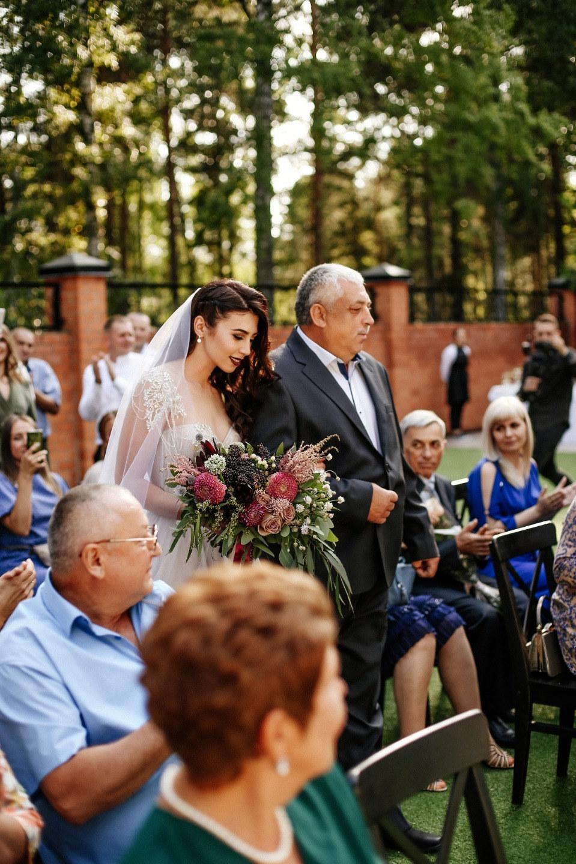 Благородная свадьба в темных тонах в ресторане
