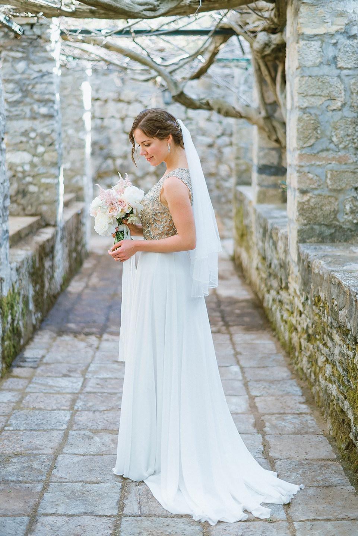 Черногория, солнце и любовь: романтичная свадьба в светлых тонах