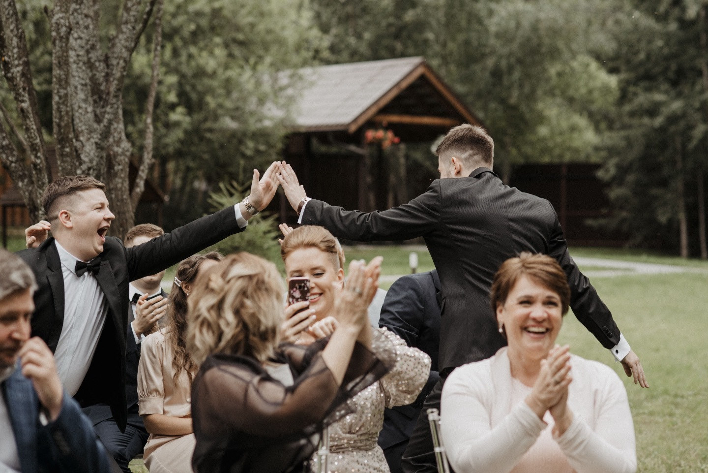 «Чувственная строгость»: современная свадьба в светлых оттенках