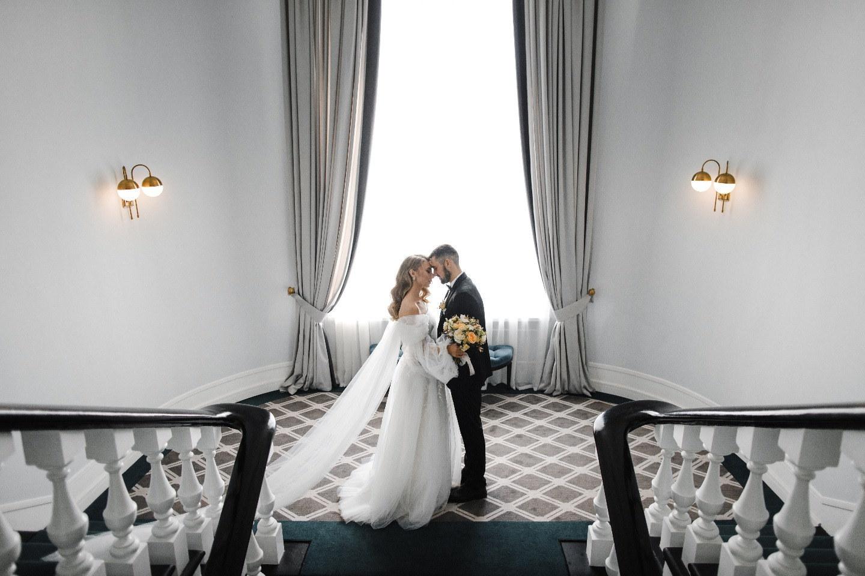 Романтичная свадьба в светлых оттенках в шатре