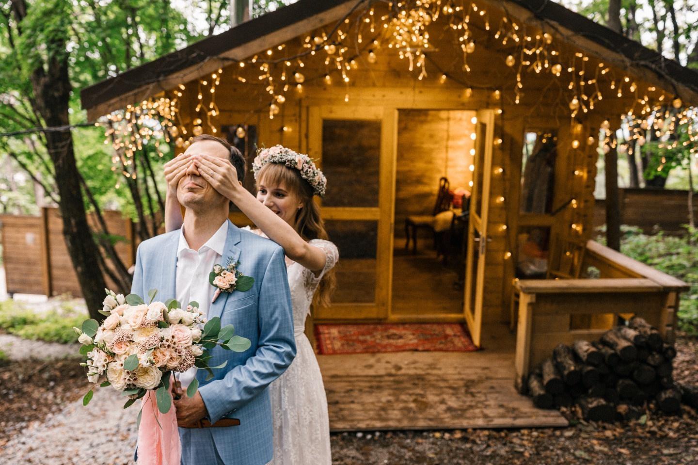 Джаз и искусство: тематическая свадьба в лесу