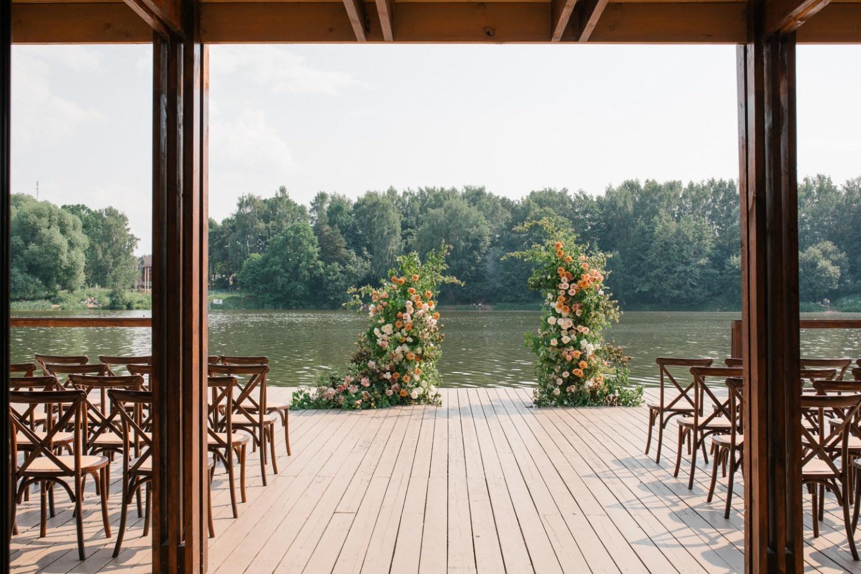 Большая семейная свадьба-вечеринка у воды
