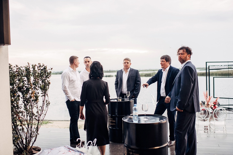 «Выходи за рамки»: свадьба-вечеринка в доме у озера