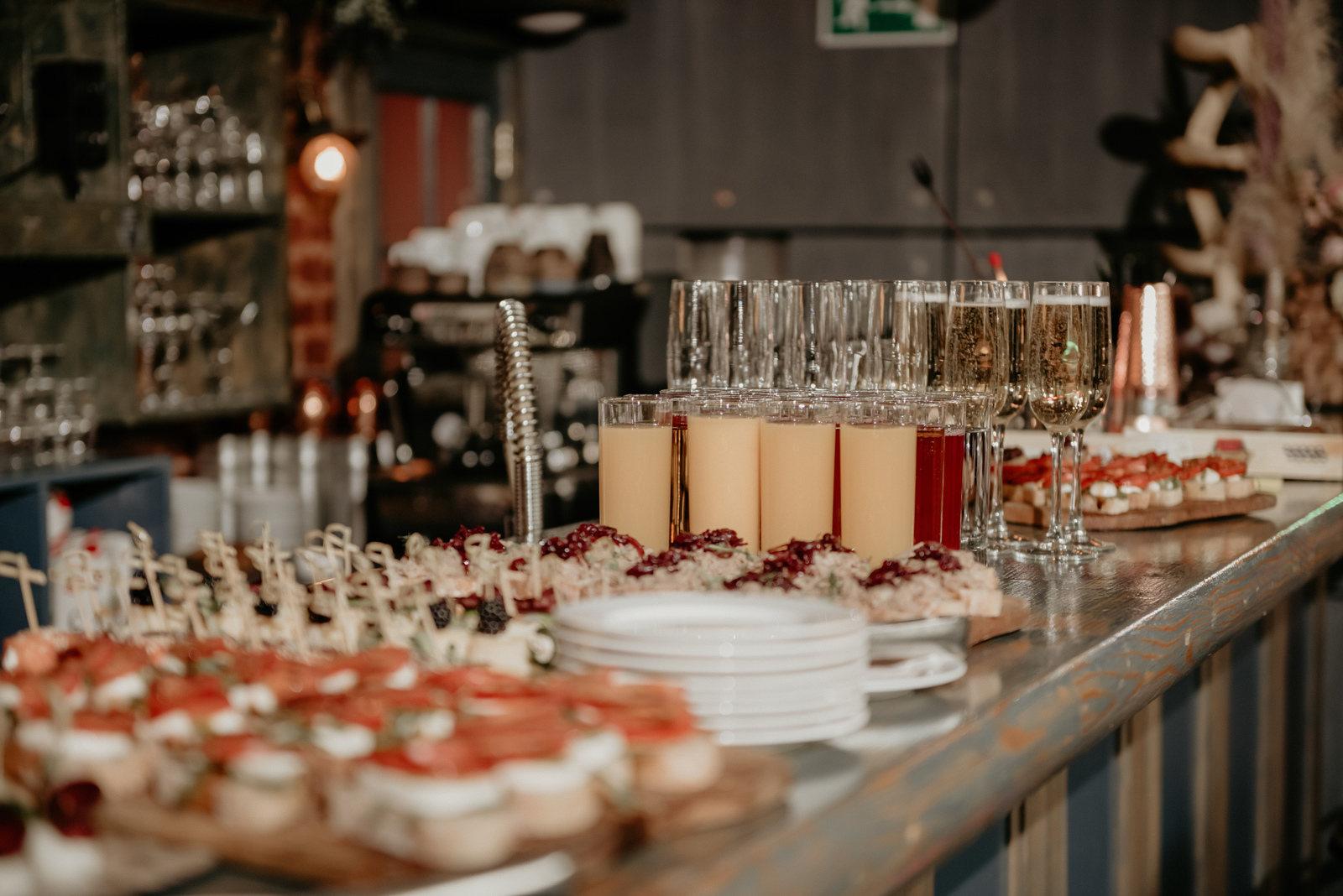День рождения новой семьи: стильная свадьба-вечеринка в лофте