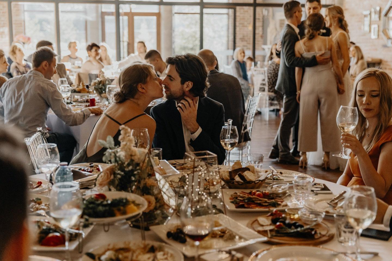 Геометрия в деталях: стильная свадьба в отеле