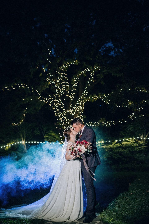 Бохо и неон: яркая свадьба в шатре на природе