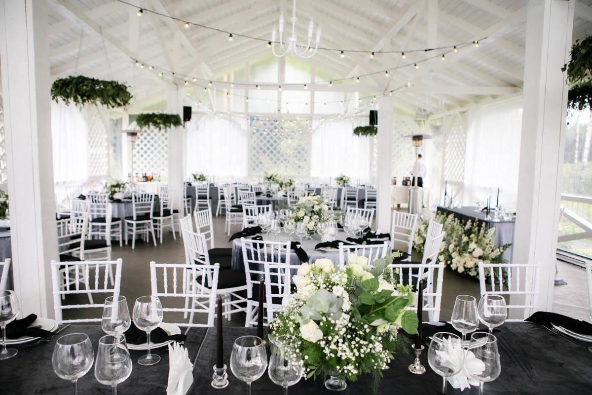 White minimalism: светлая свадьба в частном доме