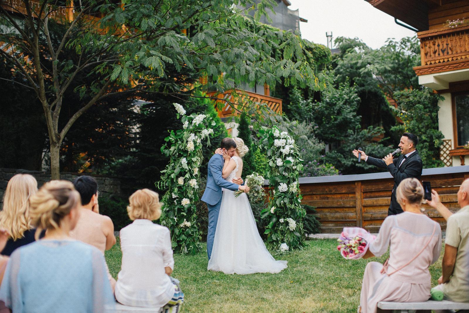 Уютная свадьба в горах на свежем воздухе