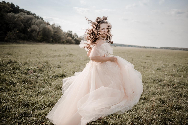 Романтическая загородная свадьба в фиолетовых оттенках
