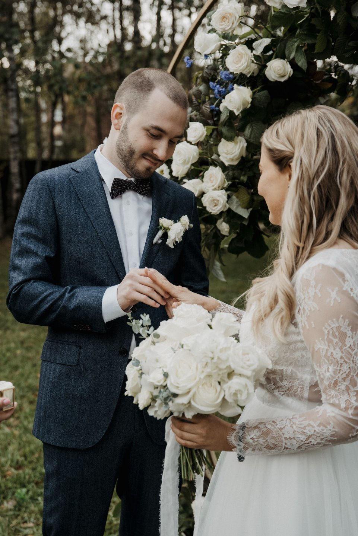 Синие оттенки: уютная свадьба на загородной площадке