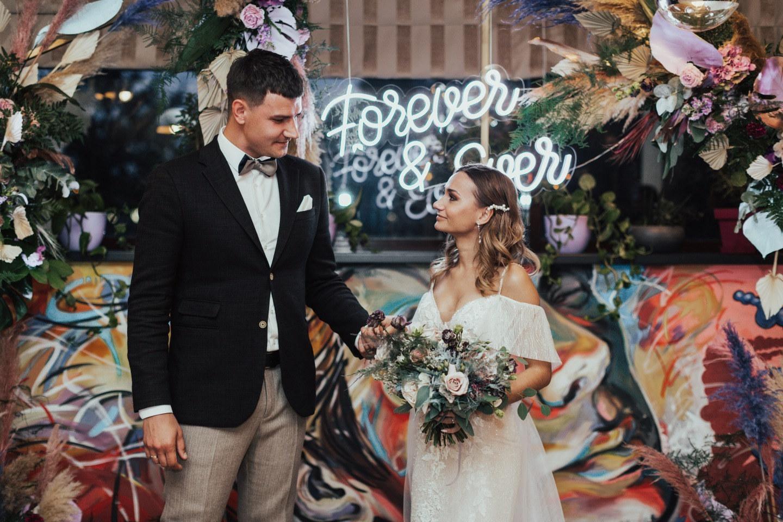 Яркость и креатив: свадьба-вечеринка в ресторане