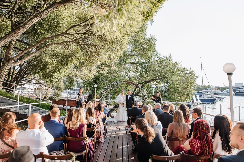 Атмосферная эко-свадьба в яхт-клубе