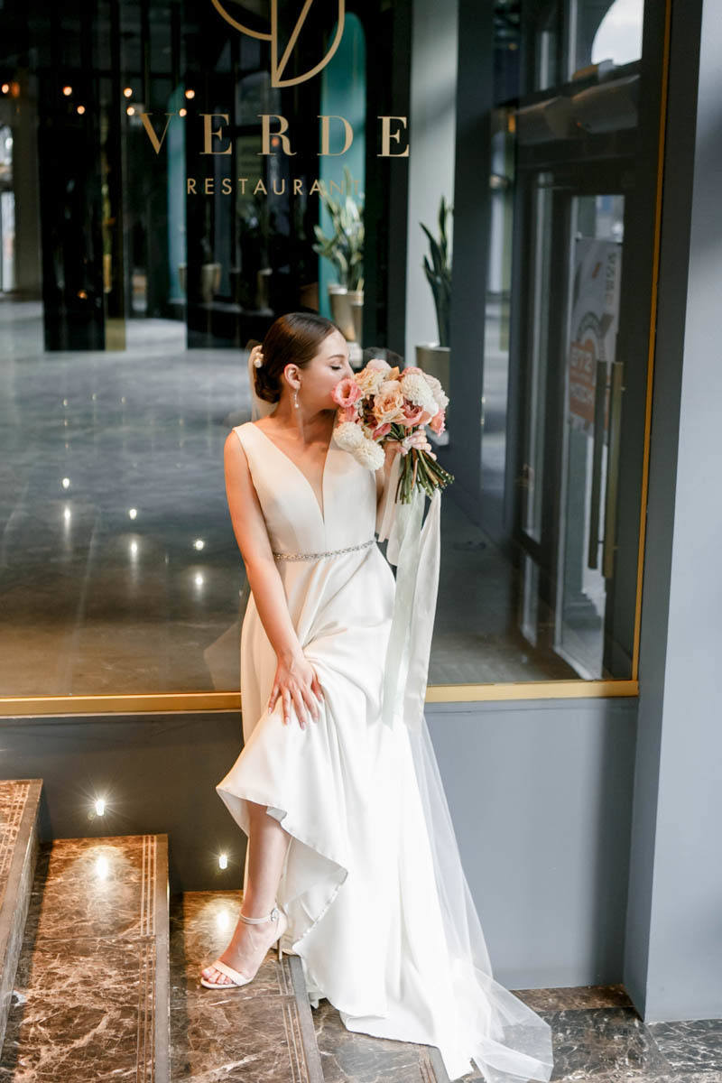 Романтика живых цветов: уютная свадьба в ресторане