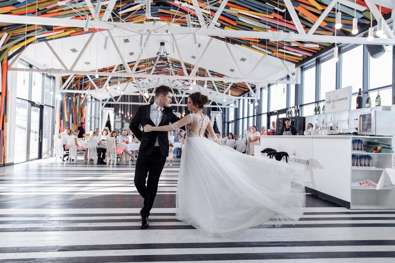 «50 оттенков нежности»: воздушная свадьба в ресторане